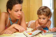 mère de magazine d'enfant affichée Photo libre de droits