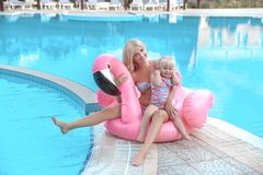 Mère de mode de beauté avec le regard de famille de fille Beau blond photos libres de droits