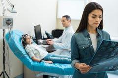 Mère de petits résultats de balayage de examen patients de CT Image libre de droits