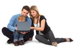 mère de regard d'ordinateur portatif de père d'enfant Photographie stock