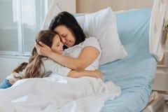 Mère de soin joyeuse exprimant son amour Photo stock