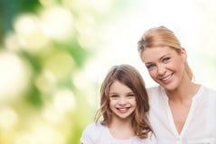 Mère de sourire et petite fille Images stock