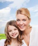 Mère de sourire et petite fille Photo libre de droits