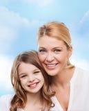 Mère de sourire et petite fille Image libre de droits
