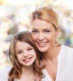 Mère de sourire et petite fille Photographie stock