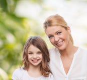 Mère de sourire et petite fille Photo stock