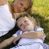 Mère de sourire et petite fille sur la nature. Personnes heureuses dehors Photo libre de droits