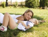 Mère de sourire et petite fille sur la nature. Personnes heureuses dehors Photo stock