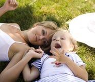 Mère de sourire et petite fille sur la nature. Personnes heureuses dehors Photographie stock libre de droits