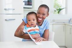 Mère de sourire heureuse avec le sien babyboy Photos libres de droits