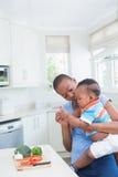 Mère de sourire heureuse avec le sien babyboy photos stock