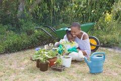 Mère de sourire heureuse faisant du jardinage avec sa fille Photos stock