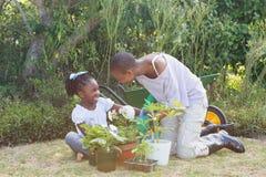 Mère de sourire heureuse faisant du jardinage avec sa fille Images libres de droits