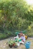 Mère de sourire heureuse faisant du jardinage avec sa fille photographie stock