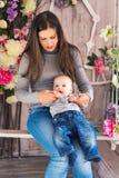 Mère de sourire jouant avec le fils de bébé à la maison Photo stock