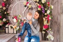 Mère de sourire jouant avec le fils de bébé à la maison Images libres de droits