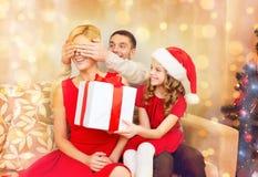 Mère de surprise de père et de fille avec le boîte-cadeau Image libre de droits