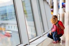 Mère de voyage de famille et petite fille dans l'aéroport Images libres de droits