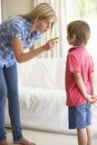 Mère disant outre du fils à la maison photos libres de droits