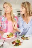 Mère discutant avec la fille adolescente Photo stock