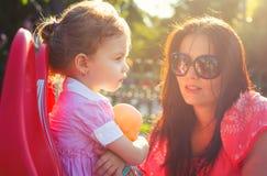 Mère discutant avec sa fille Image libre de droits