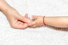 Mère donnant un anneau à son bébé Photographie stock libre de droits