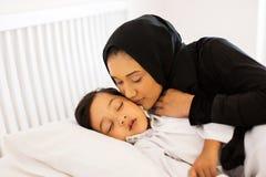 Mère embrassant le bébé Photographie stock libre de droits