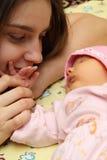 Mère embrassant son enfant Photos libres de droits