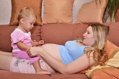 Mère enceinte avec la chéri photographie stock