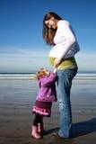 Mère enceinte avec la fille photo libre de droits