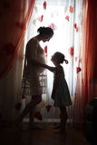 Mère enceinte de jeunes avec une fille image stock