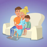 Mère enceinte et papa lisant un livre pour le fils sur le sofa à la maison Famille heureux illustration libre de droits