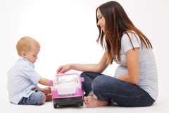 Mère enceinte jouant avec son fils. images libres de droits