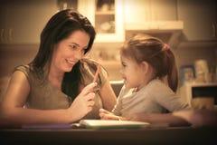 Mère enseignant sa petite fille à dessiner Fin vers le haut Photographie stock