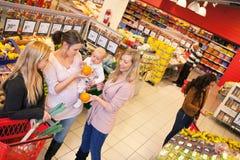 Mère et amis dans l'épicerie Image stock