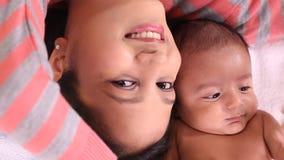 Mère et amour nouveau-né de bébé banque de vidéos