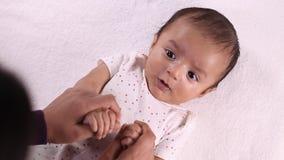 Mère et amour nouveau-né de bébé clips vidéos