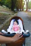 Mère et bébé appréciant dehors photos stock