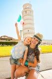 Mère et bébé avec le drapeau italien à Pise Photographie stock libre de droits