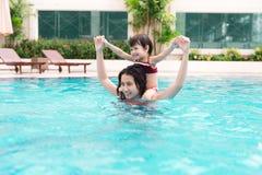 Mère et bébé ayant l'amusement dans la piscine Vacances d'été et Photographie stock