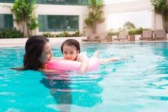 Mère et bébé ayant l'amusement dans la piscine Vacances d'été et Image stock
