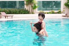 Mère et bébé ayant l'amusement dans la piscine Vacances d'été et Photographie stock libre de droits