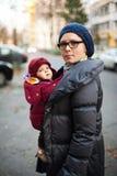 Mère et bébé dans des manteaux photos stock