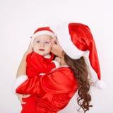 Mère et bébé de Noël embrassant et étreignant Photos stock