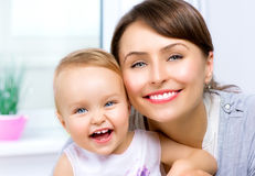 Mère et bébé de sourire heureux Image libre de droits
