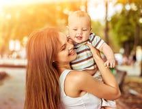 Mère et bébé dehors dans le lever de soleil ou le coucher du soleil de parc Images stock