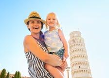 Mère et bébé devant la tour de Pise Images libres de droits