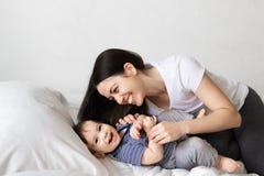 Mère et bébé garçon sur le lit photographie stock