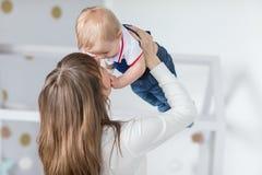 Mère et bébé heureux Image stock