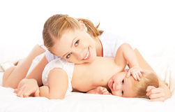 Mère et bébé heureux de famille dans le lit photos libres de droits